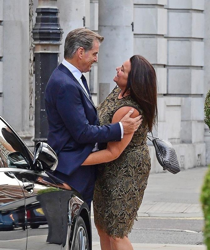 Pirs Brosnan sa suprugom