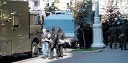 Dziwne zdjęcie Łukaszenki. Z karabinem i w kamizelce kuloodpornej
