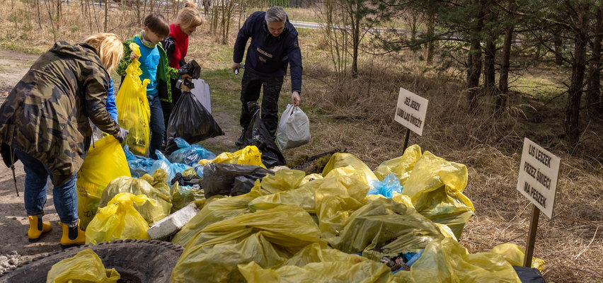 Idziesz na spacer, posprzątaj po cwaniakach i śmieciarzach.