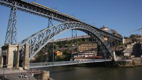 Ryzykowne skoki z mostu w Porto atrakcją turystyczną