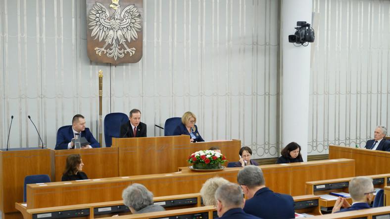 Marszałek Senatu Tomasz Grodzki na sali obrad podczas posiedzenia Senatu