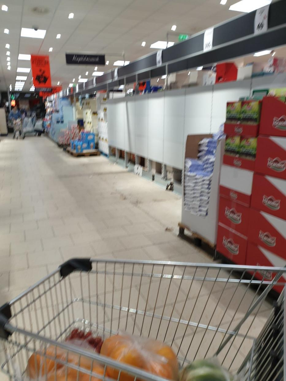 Teljesen kifosztották a vásárlók a boltokat / Fotó: Blikk