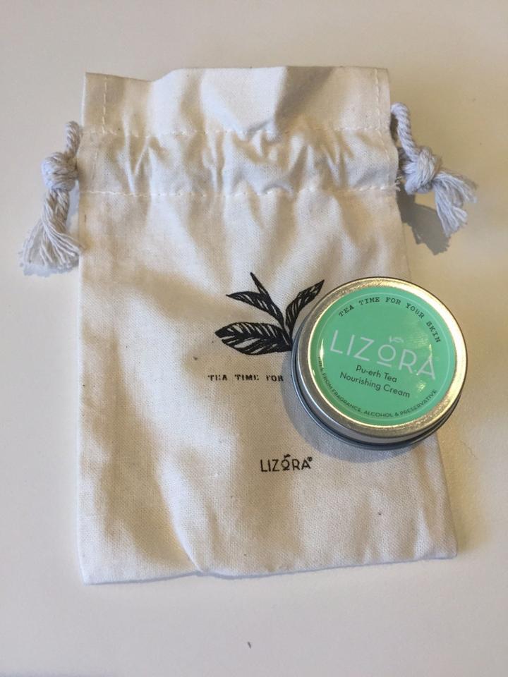 Krem Lizora zrobiony jest na bazie herbaty. Pachnie naprawdę dobrze.