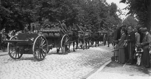 Polscy artylerzyści podczas defilady w Bydgoszczy