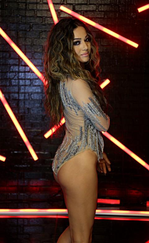 DOSTA JE BILO NAGAĐANJA! Atraktivna pevačica pokazala i više nego što je trebalo!