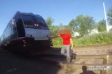 YT_policajac_spasava_coveka_na_pruzi_vesti_blic_unsafe