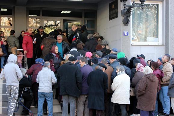 Veliki broj građana čeka da dobije pomoć grada
