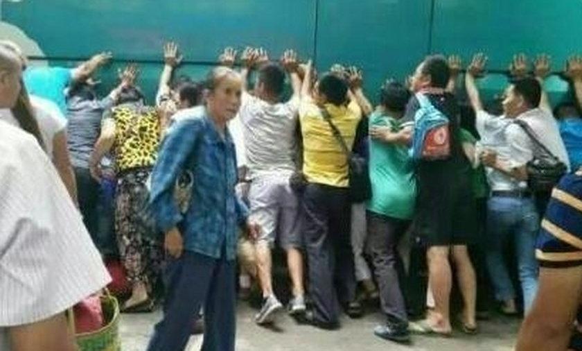 przechodniów ratowało dziewczynkę spod kół autobusu