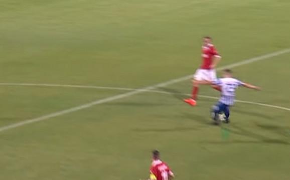 Sekulić postiže gol sa svoje polovine terena