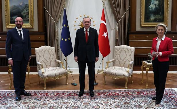 Von der Leyen musiała zadowolić się kanapą, podczas gdy Michel i Erdoğan zajęli ustawione pośrodku dwa krzesła