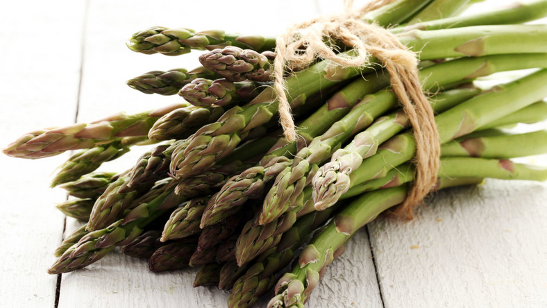 Szparagi przygotowywane na parze to lekkie danie dla osób na diecie odchudzającej. 100 g szparagów zawiera zaledwie 18 kcal. Poza tym aż w 95 proc. składają się z wody