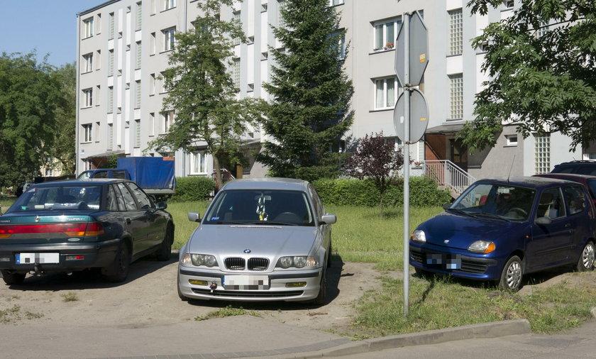 Zatłoczone parkingi w dzielnicy Halemba