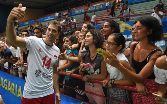Selfi Aleksandra Atanasijevića sa navijačicama