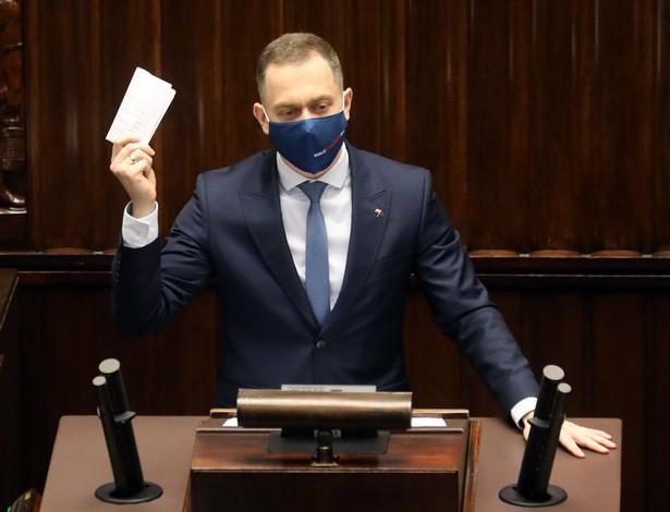 70 mln zł rozpłynęło się powietrzu. Wiemy, że w sprawie zakupu respiratorów brały udział polskie służby specjalne. Wiemy, że cała ta akcja zakupowa zakończyła się jednym wielkim skandalem - mówił Tomczyk.