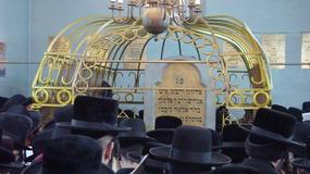 Ortodoksyjni Żydzi na grobie cadyka Elimelecha w Leżajsku