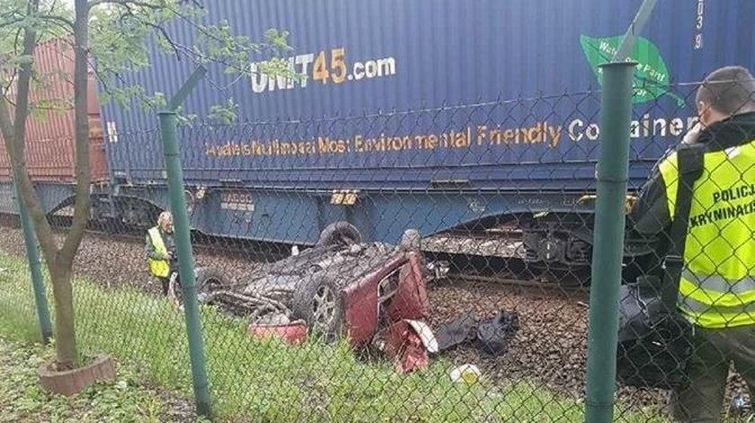 Makabra w Radlinie. Pociąg staranował forda