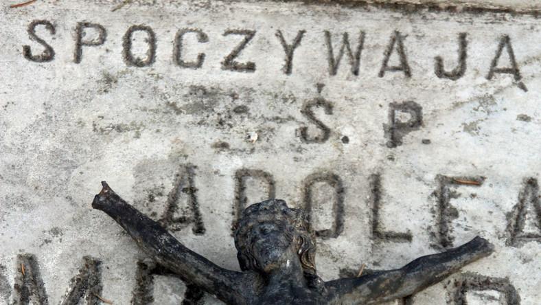 Ponad 560 zabytkowych nagrobków znajduje się na tej niewielkiej, skromnej nekropolii. Cmentarz ten został założony w pierwszych latach XIX wieku, początkowo jako miejsce spoczynku dla wiernych wyznania rzymskokatolickiego. W latach 30. XIX wieku rozpoczęto na wytyczonym obok miejscu pochówki przedstawicieli licznej w Łomży społeczności ewangelickiej. W latach 30. wydzielono również teren na cmentarz prawosławny, na którym miejsce wiecznego spoczynku znaleźli carscy urzędnicy i ich rodziny, zwłaszcza od kiedy Łomża stała się najpierw stolicą guberni augustowskiej (w roku 1837), a następnie - łomżyńskiej (w 1867 roku).