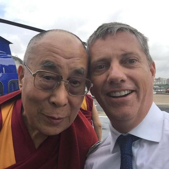 Erik Svejfer, pilot helikoptera koji je pao, tokom ranijeg susreta sa Dalaj Lamom