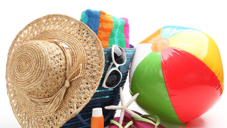 rzeczy na plażę plaża wakacje lato urlop krem przeciwsłoneczny okulary przeciwsłoneczne
