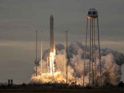 Start rakiety nośnej Antares ze statkiem Cygnus (łacińska i angielska nazwa gwiazdozbioru Łabędzia)