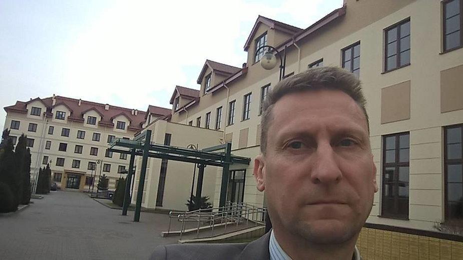 Marek Jopp przed siedzibą WSKSiM w Toruniu