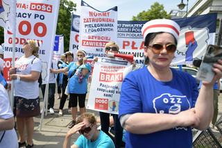 'Przechodzimy od słów do czynów'. Pielęgniarki protestują pod Sejmem