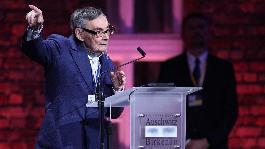 Marian Turski przemawia przed Bramą Śmierci b. obozu Auschwitz-Birkenau
