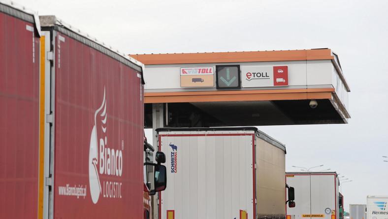 Ciężarówki przy bramce systemu e-Toll w Punkcie Poboru Opłat A2 Stryków