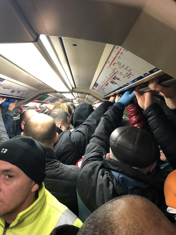 Gužva u metrou u Londonu