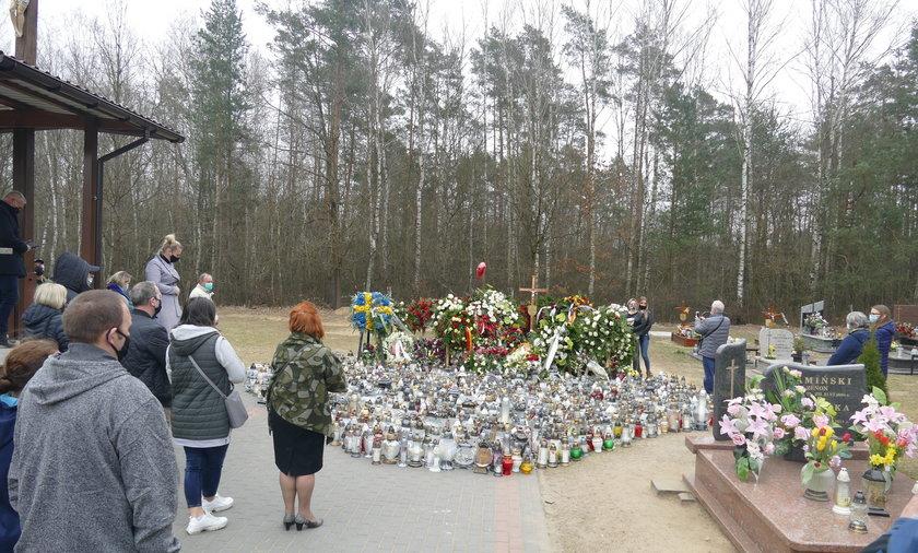 Tak teraz wygląda grób Krawczyka. Odwiedzają go dziesiątki osób. Ze zniczy ułożono wielkie serce.