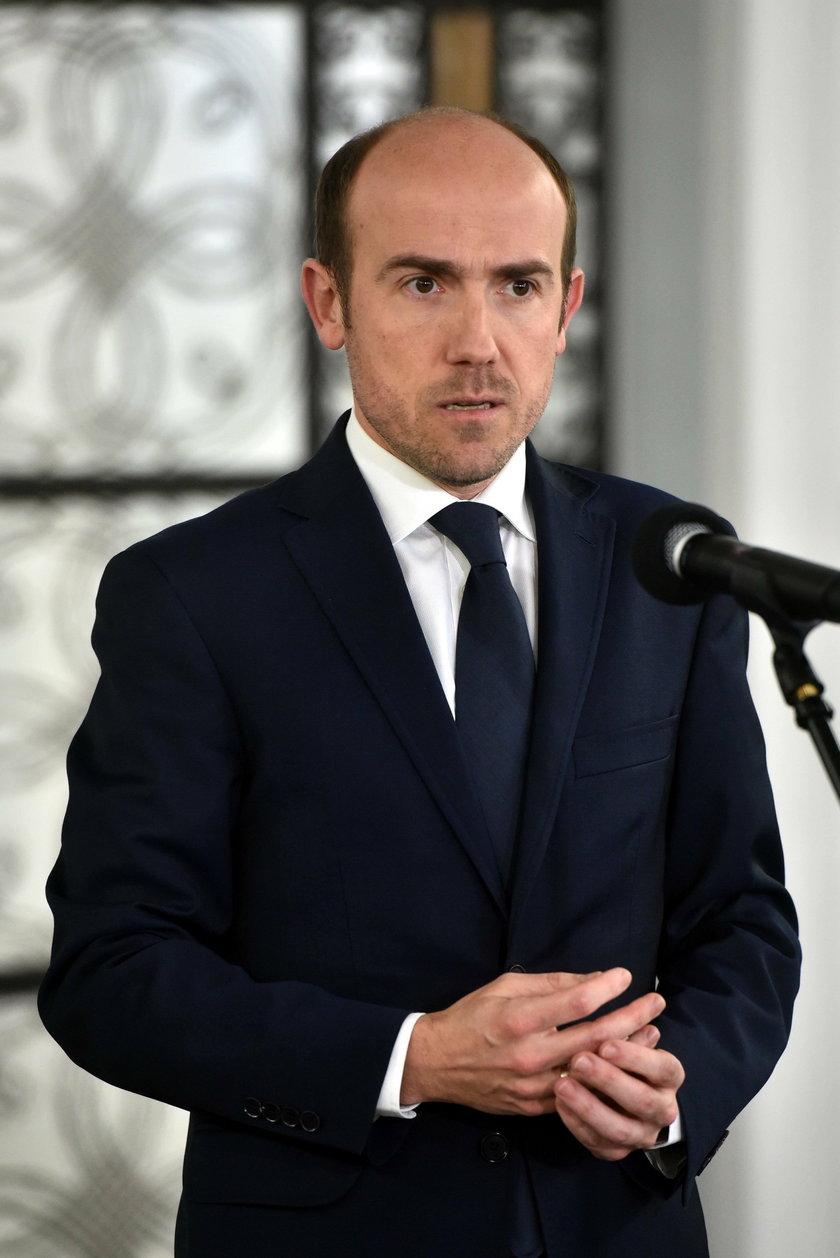 PiS traci w sondażach, Hołownia góruje na KO. Nowy sondaż