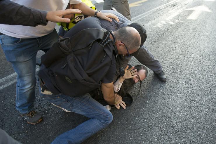 Policija savladava napadača