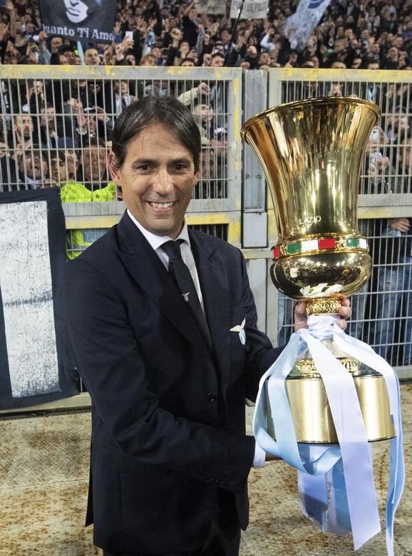 Simone Inzagi sa trofejom Kupa Italije