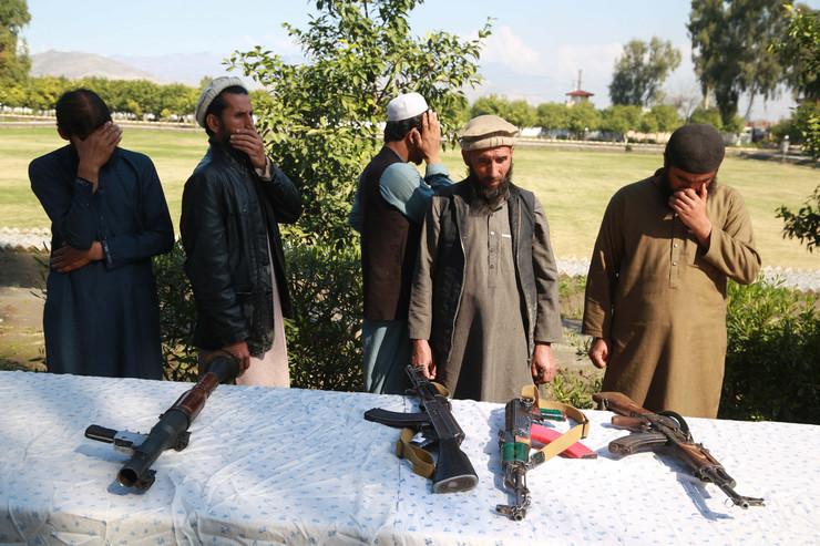 Talibani predaju oružje