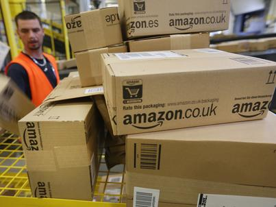 Centra logistyczne Amazona to ogromne magazyny, w których kompletowane są zamówienia ze sklepów internetowych koncernu w Europie
