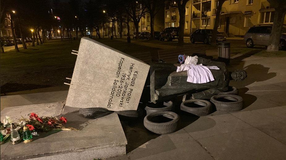 Pomnik ks. Jankowskiego w Gdańsku został przewrócony w lutym 2019 r.
