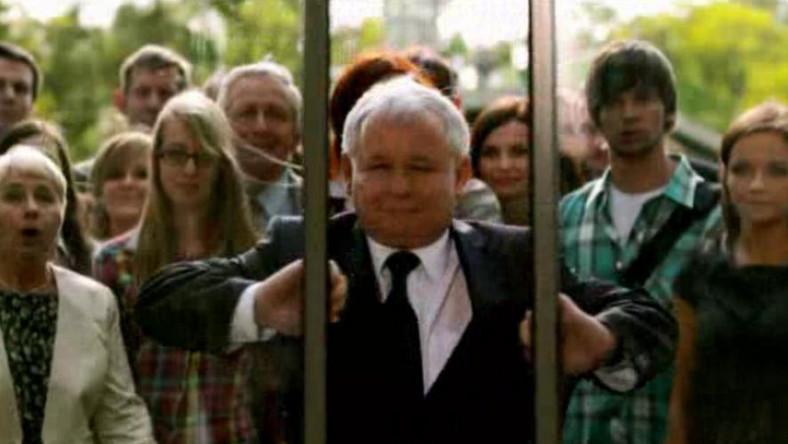 Jarosław Kaczyński otwiera szklane drzwi. Nowy spot PiS