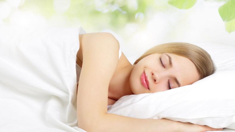 O ile upalny letni dzień cieszy raczej każdego, o tyle już gorąca noc większość z nas męczy. Wysoka temperatura w sypialni powoduje problemy z zaśnięciem, niespokojny sen i nagłe pobudki w środku nocy. Warto wiedzieć, jak temu zaradzić i zadbać o komfort snu
