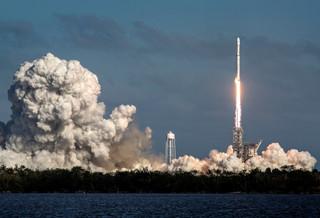 USA: Wystrzelono w kosmos najpotężniejszą na świecie rakietę Falcon Heavy