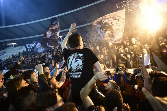 Saša Ilić na rukama fudbalera Partizana