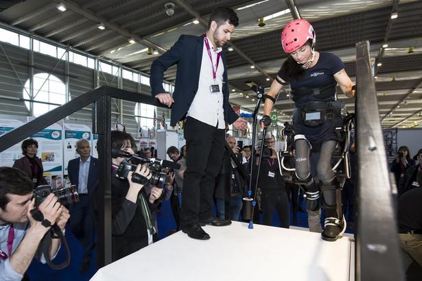 """Silke Pan, niepełnosprawna sportsmenka ścigająca się na Handbike, prezentuje wynalazek o nazwie """"Twiice"""". Twiice jest egzoszkieletem kończyn dolnych, umożliwiającym osobom z paraliżem dwukończynowym wstanie, chodzenie a nawet wchodzenie po schodach. Prace nad rozwojem modułowego egzoszkieletu rozpoczęły się w lutym 2015 r. w EPFL (Ecole polytechnique federale de Lausanne). fot. EPA / JEAN-CHRISTOPHE BOTT"""