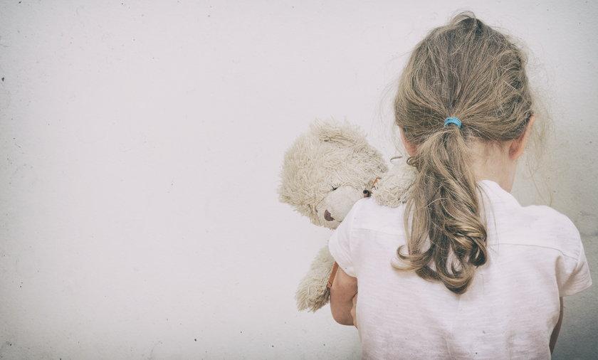 Opiekunka molestowała dziewczynki, którymi się zajmowała.