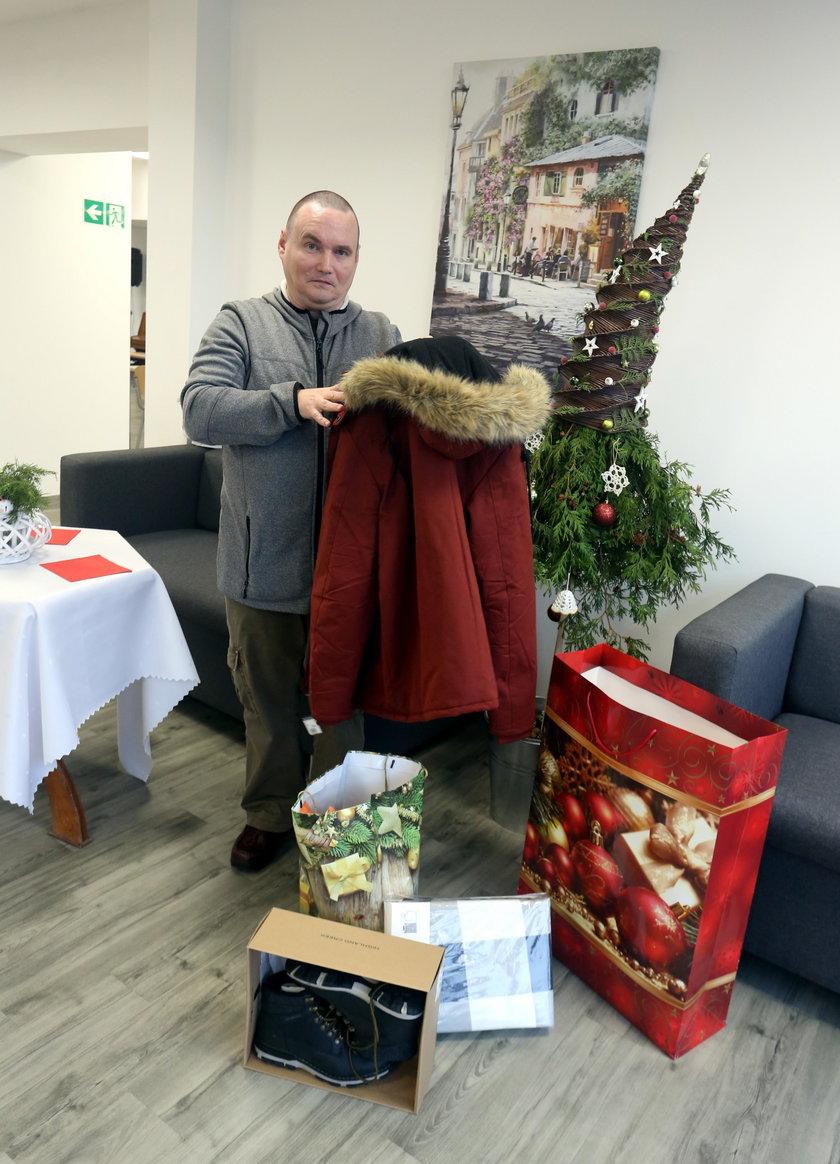 Pan Marek pokazuje prezenty od prezydent Gdańska Aleksandry Dulkiewicz