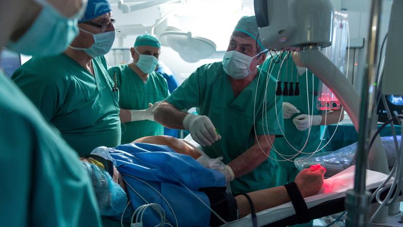 Echolaser jest niezastąpiony do operowania guzów tkanek miękkich, trudno dostępnych i nieoperacyjnych. Oprócz wątroby, polscy specjaliści przy wsparciu swoich włoskich kolegów zoperują we Wrocławiu pacjentów z rakiem prostaty oraz z rakiem tarczycy. Operacja przy użyciu Echolasera odbywa się w znieczuleniu miejscowym, a standardowy czas trwania zabiegu to około 6 minut