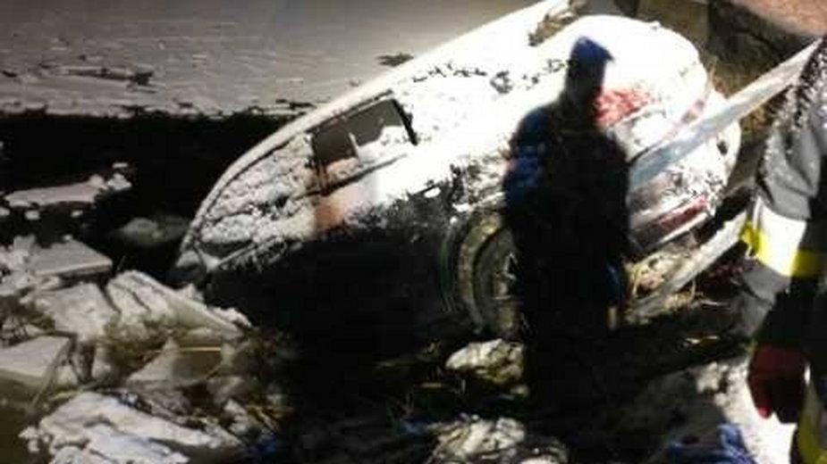Samochód wjechał na lód, który pękł pod jego ciężarem