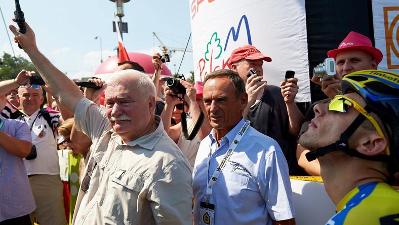 Za plecami byłego prezydenta dostrzec można byłego szefa jego gabinetu i partnera politycznego z czasu prezydentury, Mieczysława Wachowskiego.