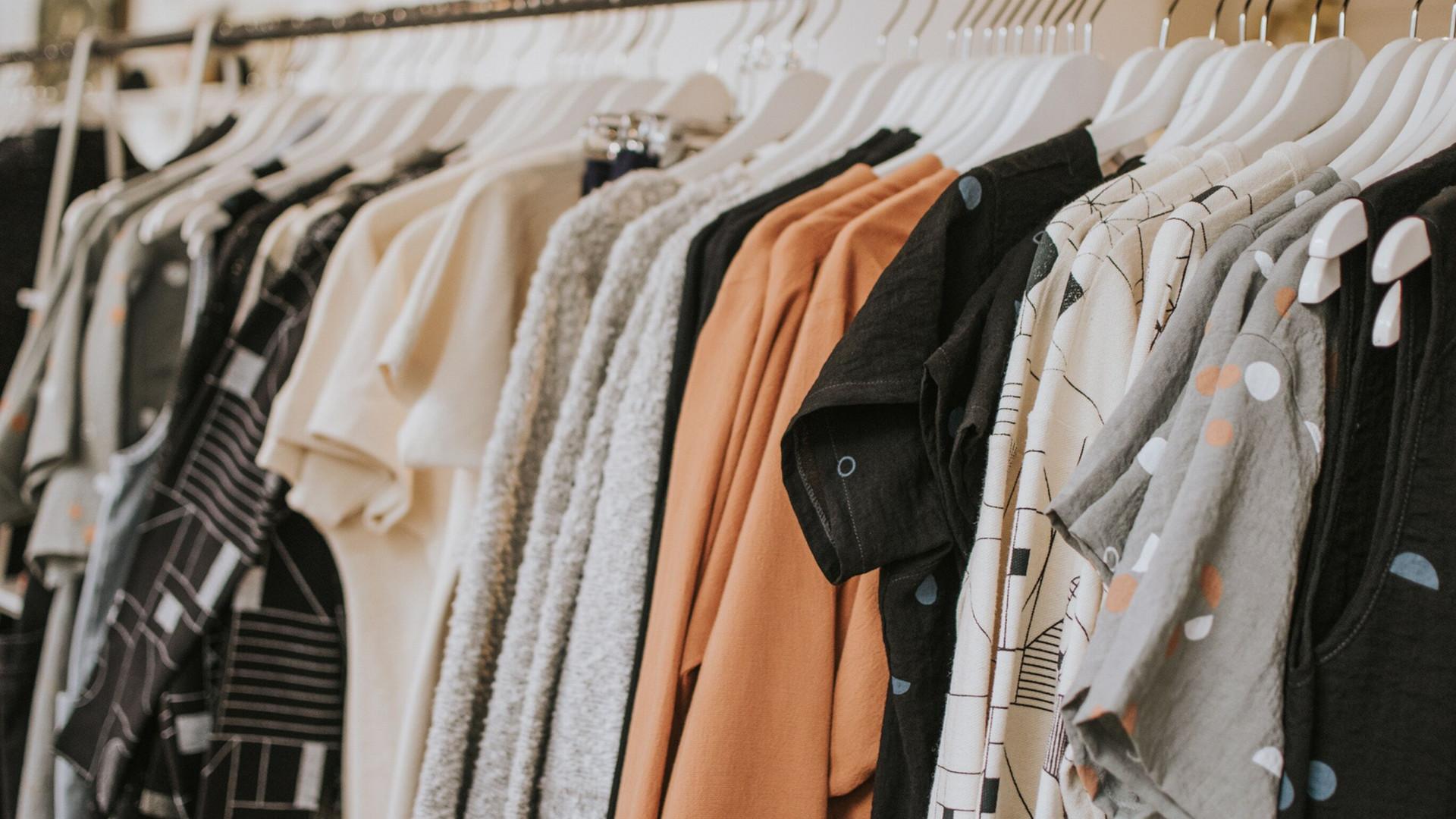 1c2f34231 Nepredané oblečenie už nebudú likvidovať. Francúzsko prišlo s ekologickou  reformou