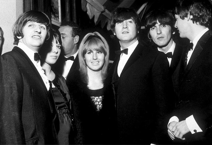 John Lennon z żoną i członkami The Beatles
