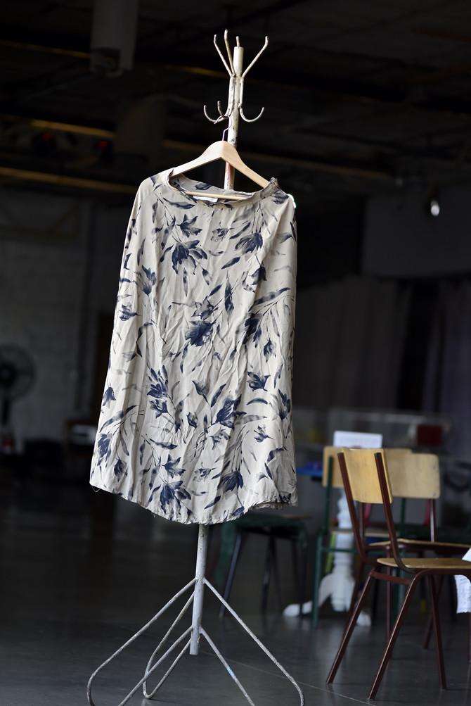 Lepršava, svilena suknja sjajno se kombinuje čak i uz patike