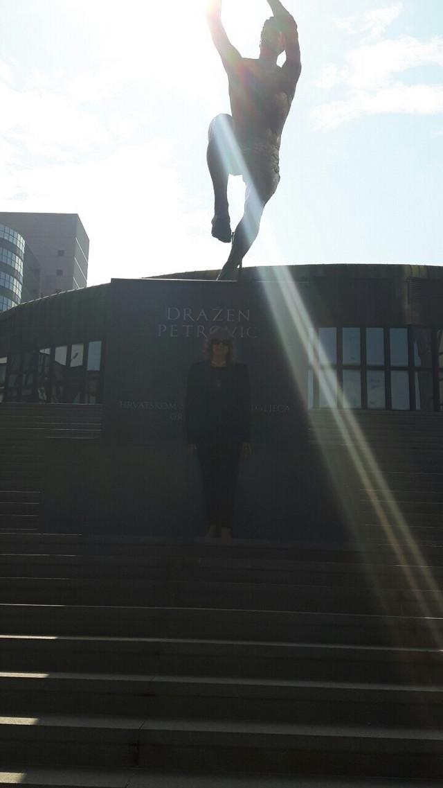 Biserka Petrović ispred Draženove biste